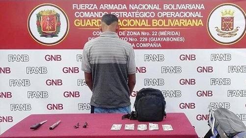 http://fronteradigital.com.ve/EFECTIVO DE LA GNB APREHENDIÓ A UN CIUDADANO  CON 4 ENVOLTORIOS DE PRESUNTA MARIHUANA