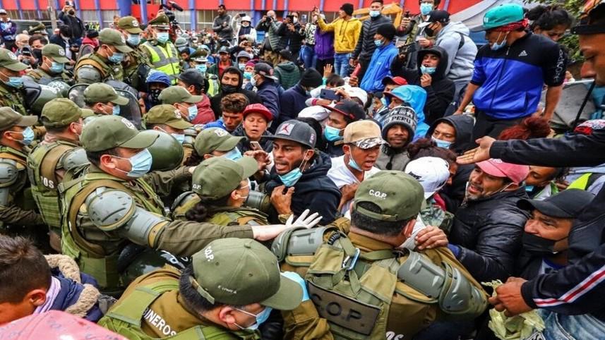 https://fronteradigital.com.ve/Masivo desalojo policial de inmigrantes  en una plaza del norte de Chile